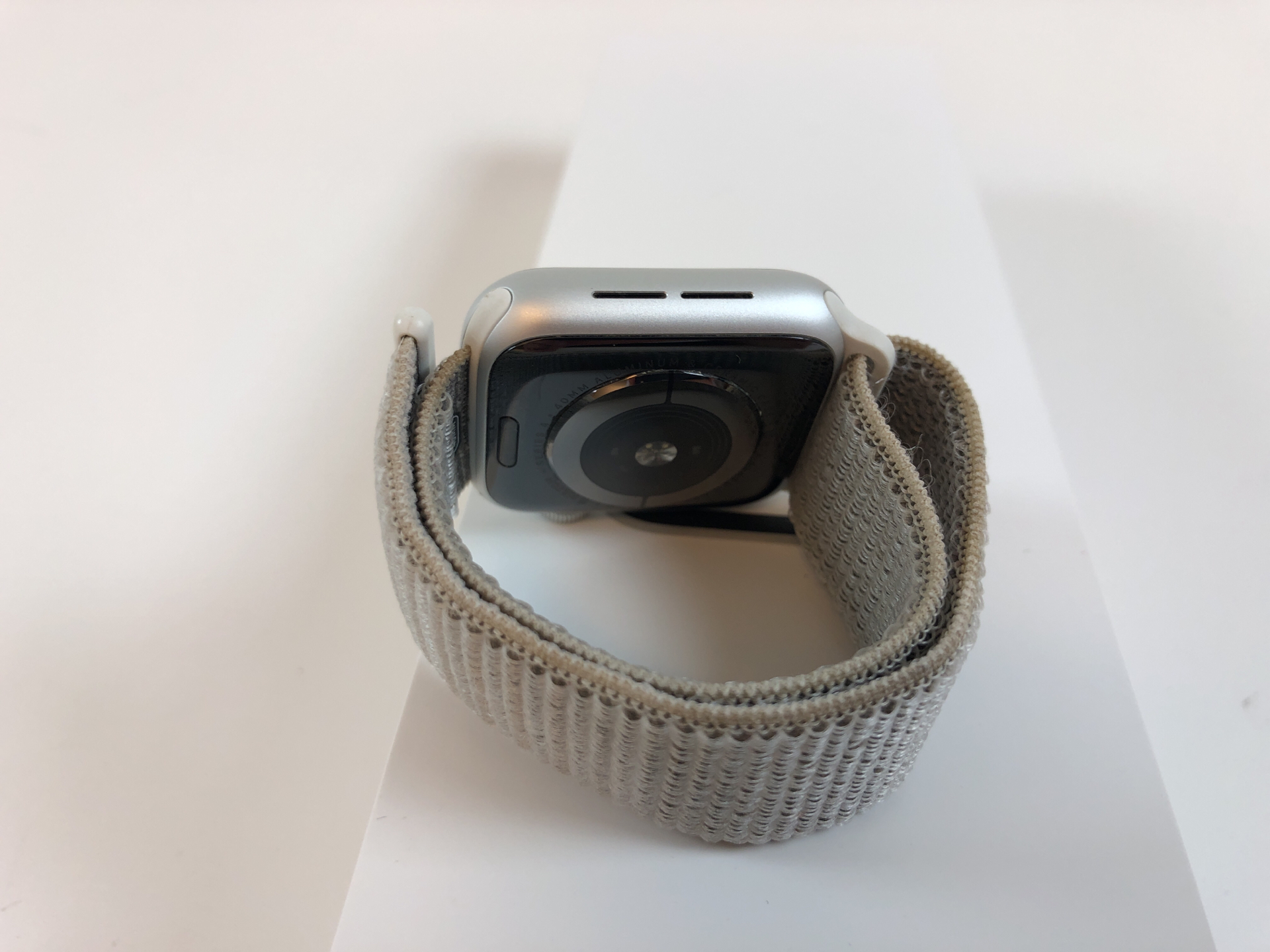 Watch Series 4 Aluminum (40mm), Silver, Seashell Sport Loop, bild 2