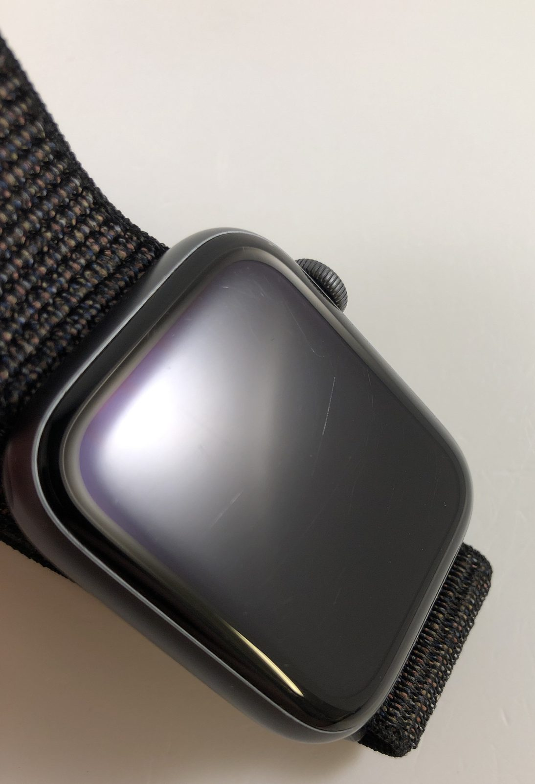 Watch Series 4 Aluminum (44mm), Space Gray, Black Sport Loop, bild 2